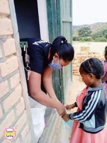 Narindra distribue le riz